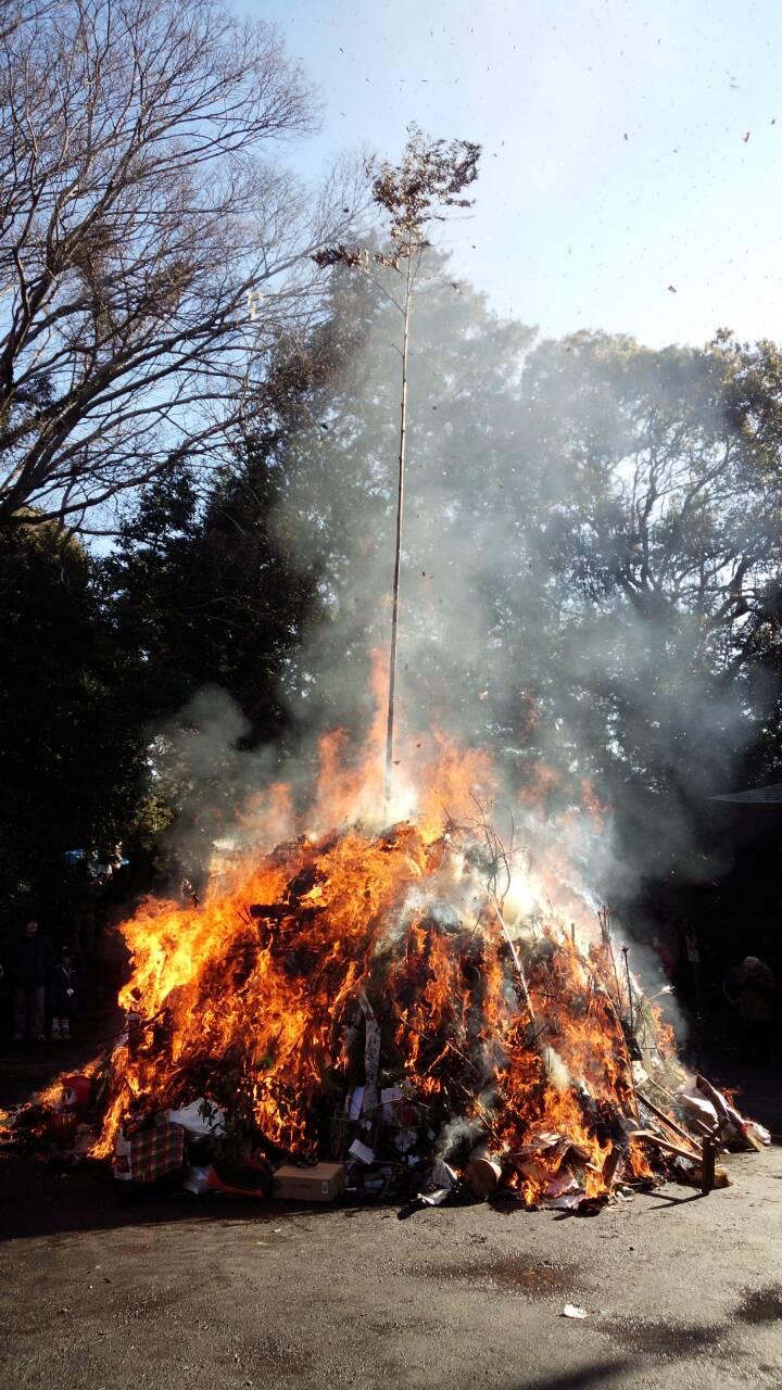 どんど焼きでクリスマスツリーを燃やしていいの?決まりごとや燃やせるものを紹介