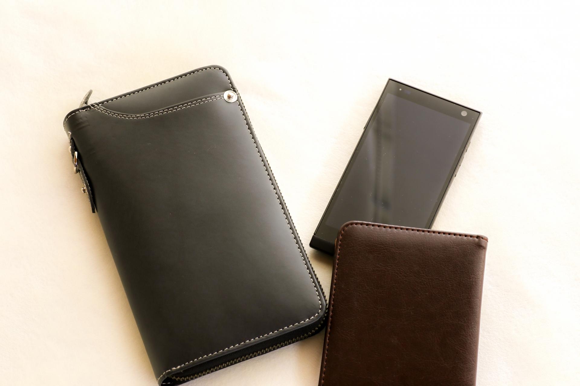 クリスマスプレゼントの財布を大学生の彼氏に贈る場合のブランドは?デザインやカラーを紹介