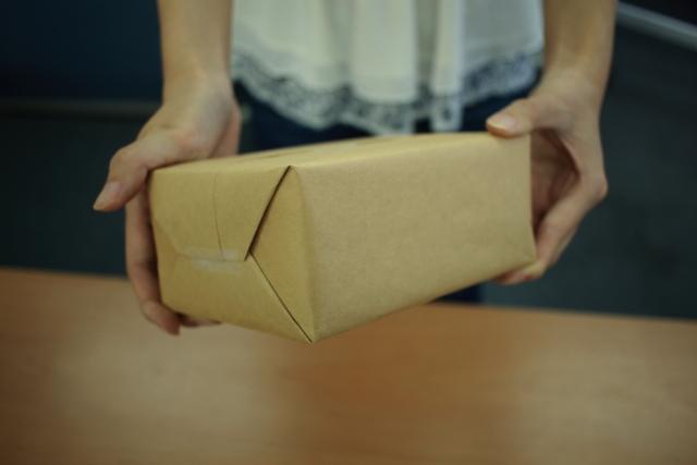 片思い中の彼が実家暮らしの場合バレンタインチョコの郵送は迷惑?発送方法や値段を紹介